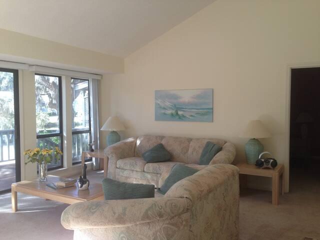 Wonderful end unit on cul-de-sac in Lake Forest. - Hilton Head Island