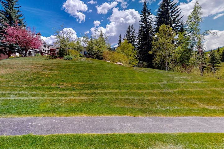 Adorable studio w/shared pools/hot tub/private patio - near downtown & ski lifts
