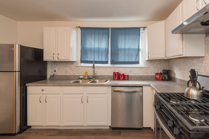 Downtown King Size Bed - New Clean Bathroom, Walk! - Bloomington - Pis