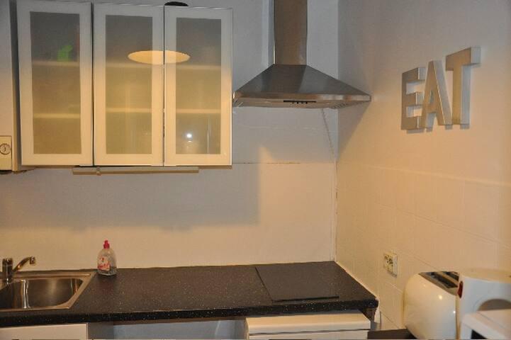 cuisine équipée: microondes, frigidaire, bouilloire, cafetière, grille pain, plaque 2 feux électrique.