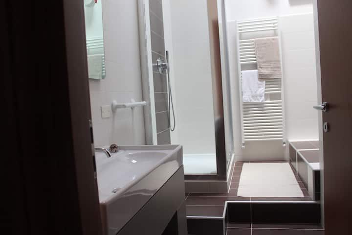 Stanza matrimoniale con bagno in uso esclusivo