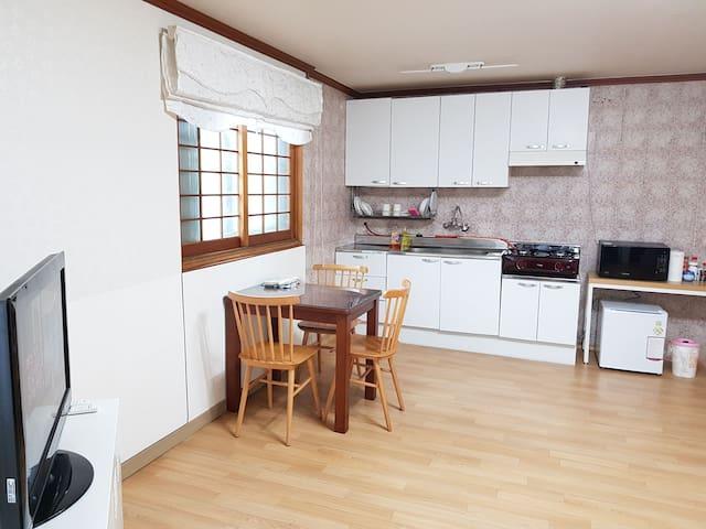 Youn's Convenient House