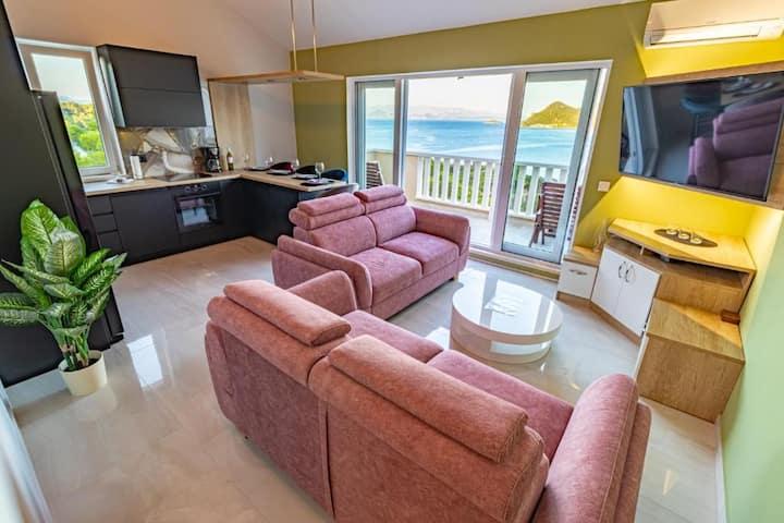 Luxury 3 Bedroom Apartment with Balcony &Sea View