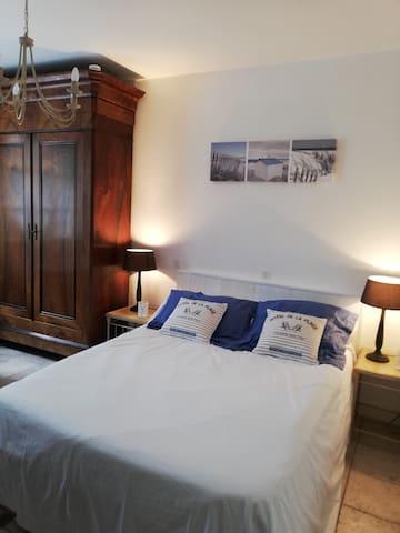 une chambre avec un lit double et un canapé convertible