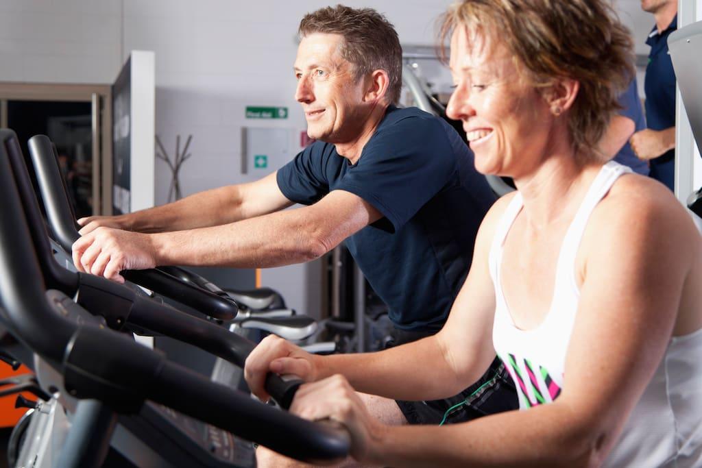 Exercise and relax in gym from 07:00 am to 10:00 pm. Trainieren Sie im Fitness-Studio von 7 Uhr morgens bis 10 Uhr abends.