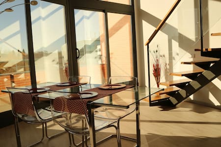 Loft de diseño luminoso y tranquilo.