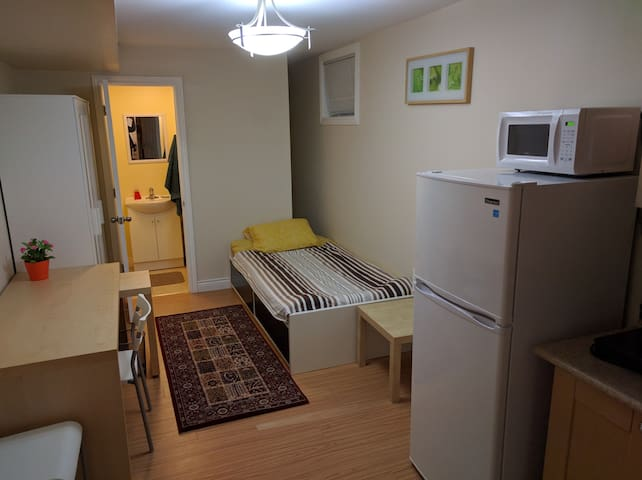 Cozy Bachelor apartment at Bloor West Village. - Toronto - Huis