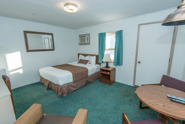 Quiet, comfortable room near downtown