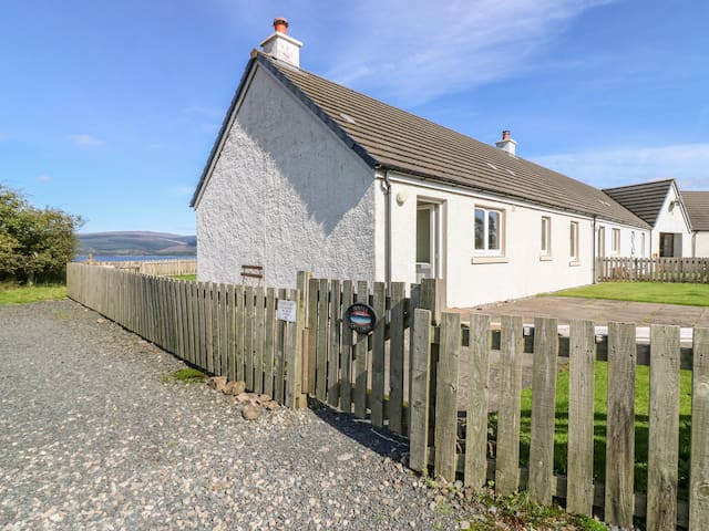 SUNSET COTTAGE, pet friendly in Salen, Isle Of Mull, Ref 938191