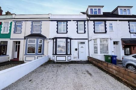 Immaculate hi-spec 5 bed flat, free wifi & parking