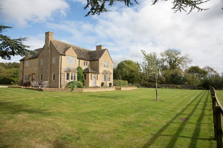Shortlands Park Stud - Stunning Cotswold Farmhouse