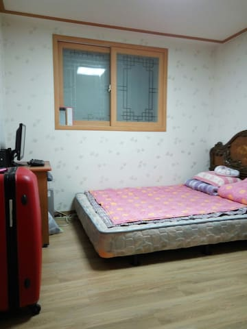 Close to Hongik University Station, Hapjeong Station, and Mangweon Station. Spacious apartment in low-story building with quiet and roomy living room