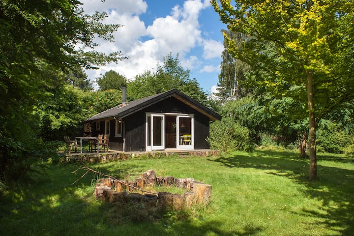 Super neat small cottage on stunning plot - Askeby - Kabin