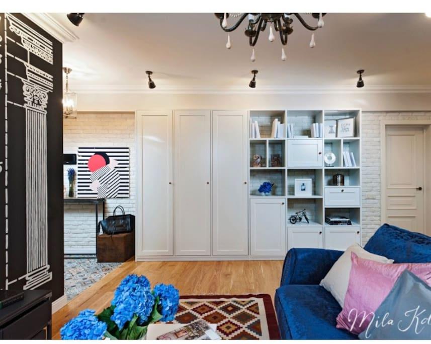 студия совмещенная с кухней  один шкаф-купе,  один стеллаж, двуспальный диван кровать, телевизор.