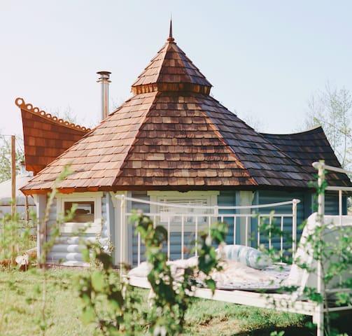 Scandinavian joert with private hottub & sauna