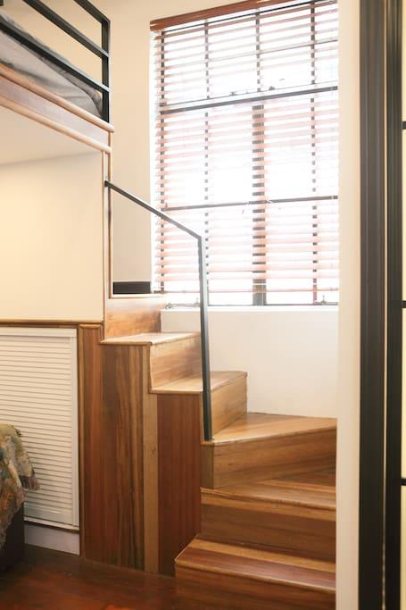 微型的转向楼梯通向主床,