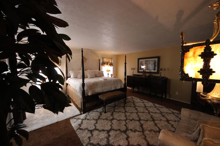 The Altura Mansion, (MASTER GUEST ROOM)
