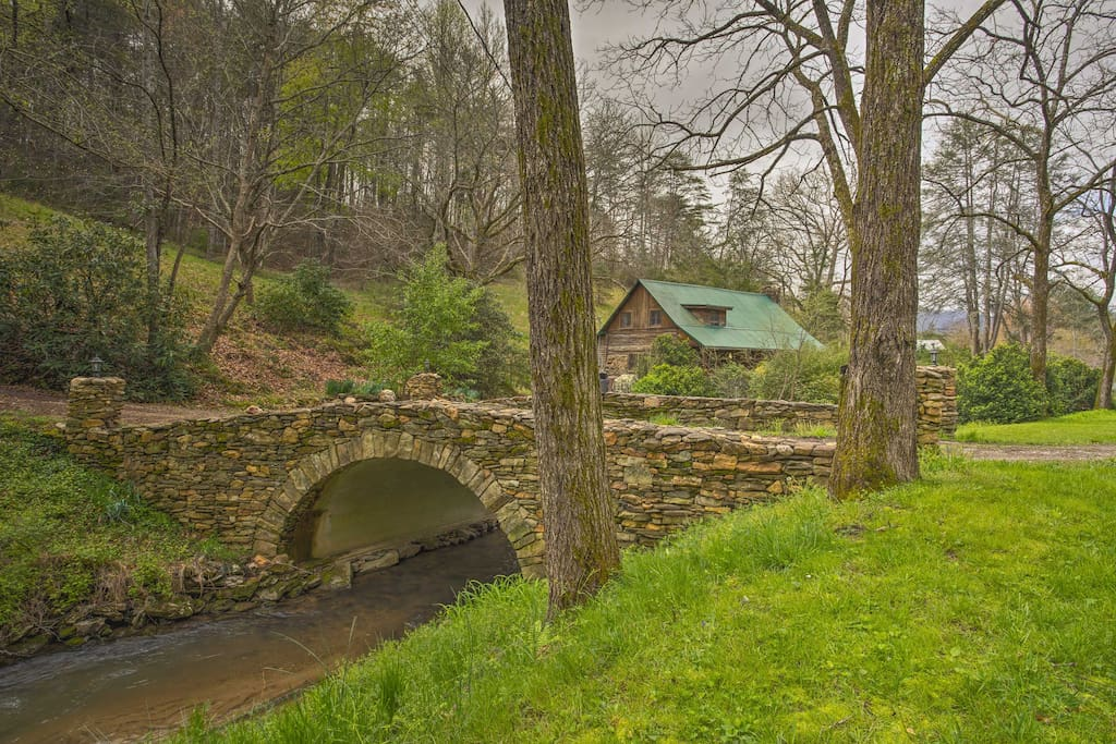 Step back in time to the 1900's and experience this log vacation rental cabin.