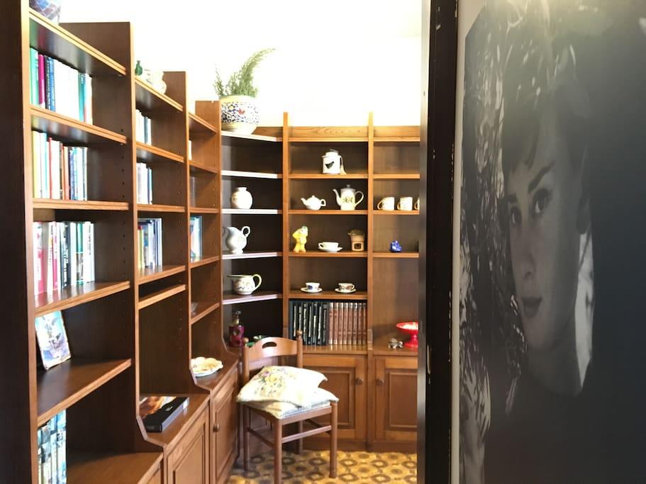 Ingresso e libreria soggiorno.