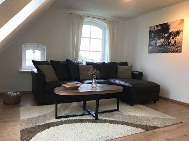 Wohnzimmer mit ausklappbarem Lattenrost und Matratze 140x200 cm im Sofa