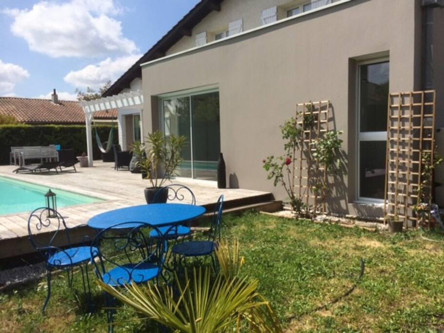 Maison familiale piscine entre ville et oc an houses for Piscine municipale st medard en jalles