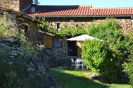 Pintoresca casa de vacaciones en Villeneuve-d'Allier con terraza