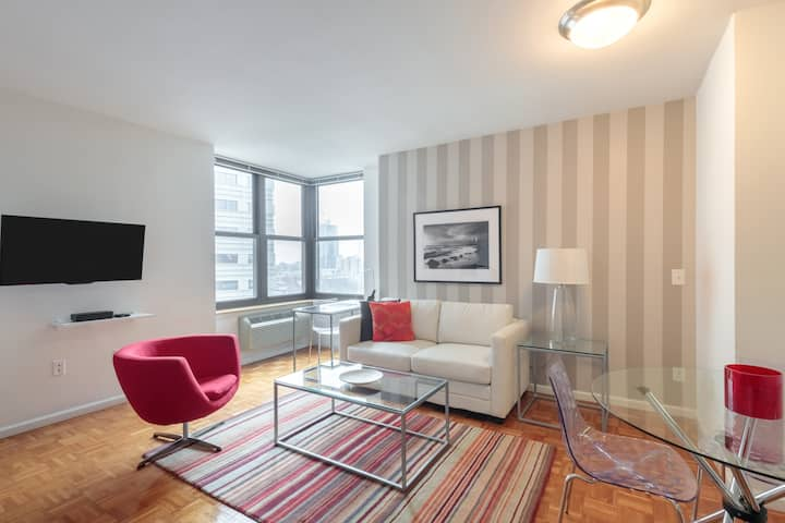 Studio with Luxury Building Amenities, Minutes to NYC