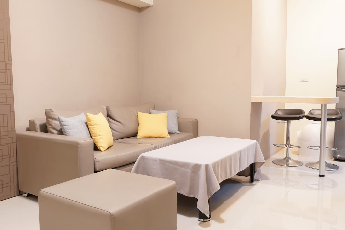 The living room is approximately 21m², with a bar table and two high chairs.