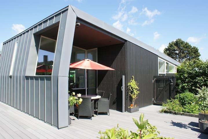 Flot, arkitekttegnet hus nær strand - Egå - Casa