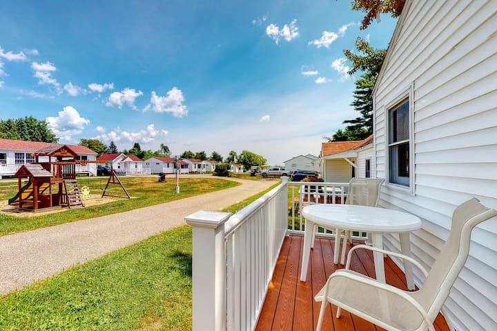 New listing! Classic beach cottage w/ front patio - walk to town/the beach!