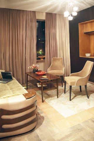 """В центре этой гостиной ковровая плитка """"Florence"""" и вся встроенная техника. Под полом трубы с водой для климатического режима."""
