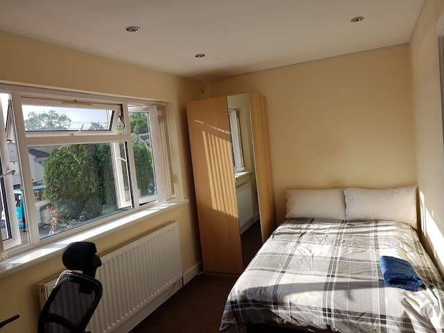 First Floor Bedroom with Ensuite and Wifi