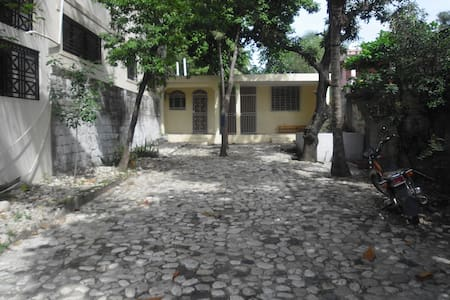 Maison avec grande cour ombragée - Casa