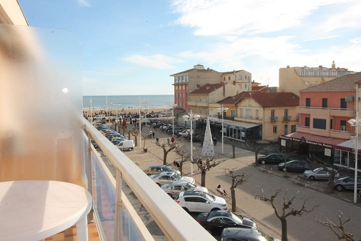 In the town center of Valras and 50m from the beach, beautiful air-conditioned studio with balcony. Label Clévacances.Ref. 2891