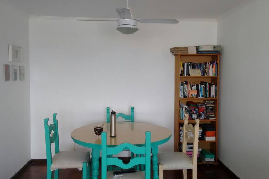 Mesa, sillas,mate. Sala para compartir.