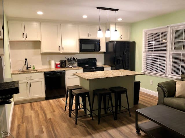 Willoughby Escape - Suite 2 (Monthly Rentals Available)
