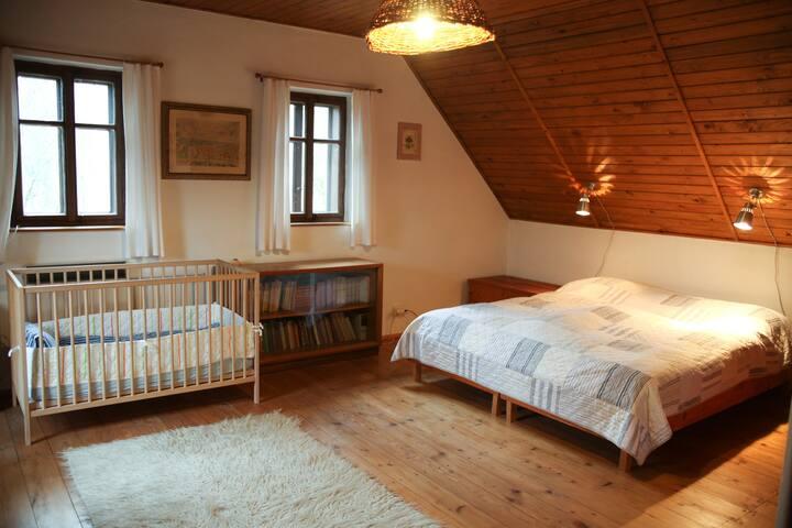 Ložnice II s manželskou postelí (dvě samostatná lůžka). 2 dětské postýlky k dispozici.  ENG Bedroom II with a double bed (two single beds) and an optional baby bed. An additional baby bed is also available.