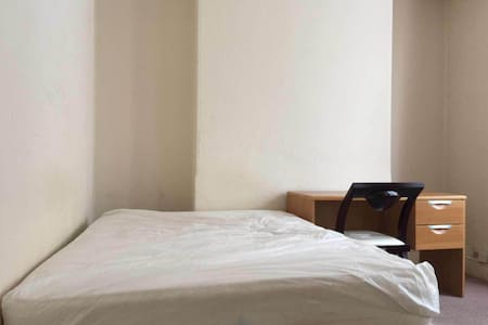 Spacious private double room very close to Uni - エクセター - 一軒家