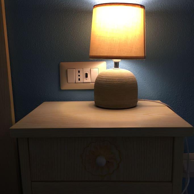 Particolare della camera da letto (ricarica USB)