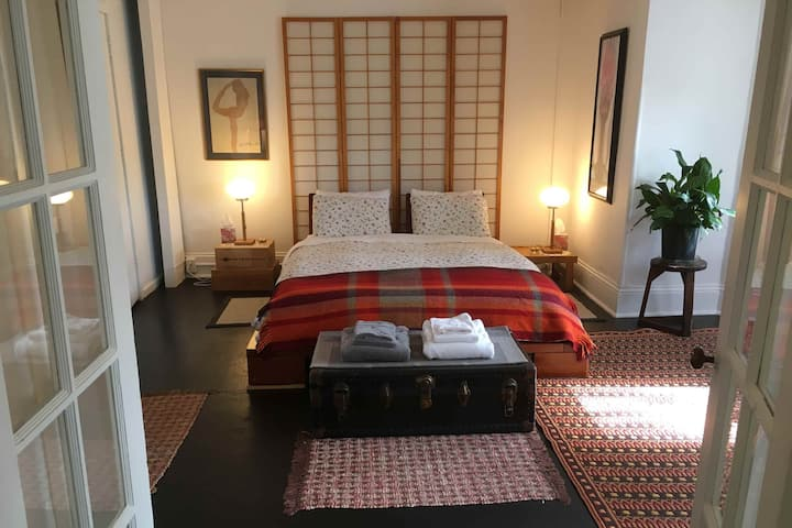 Eclectic Downtown Apartment - Walk to Everything!