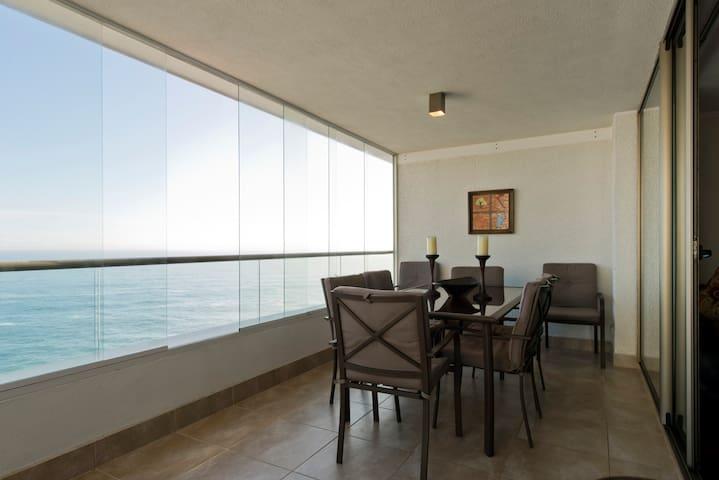 Comedor de terraza con 8 sillas , con vista al mar en primera línea