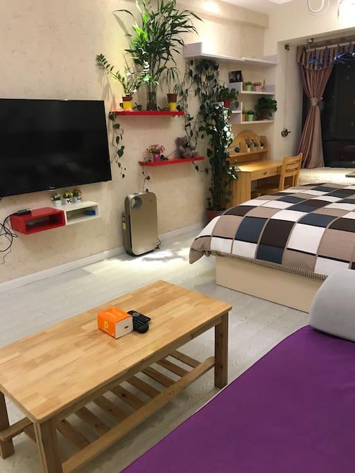 从沙发视角拍摄的房间内部,阳台边有实木书桌可以供您阅读、写字和使用笔记本电脑等。房间有宽带、itv电视节目和免费wifi。