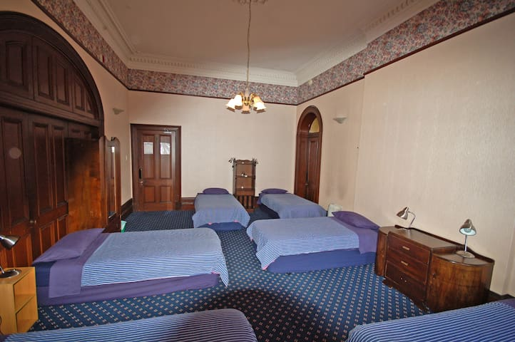Comfy 6 bed dorm- 5min downhill to city centre