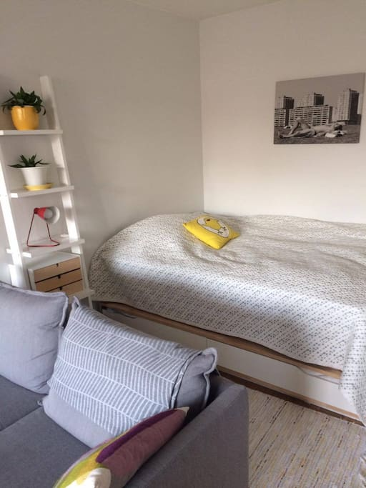Bed (width 140 cm) in an alcove