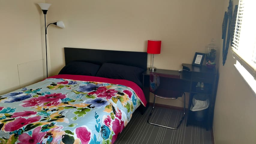 Comfortable private guest room close to everything - Columbus - Apartment