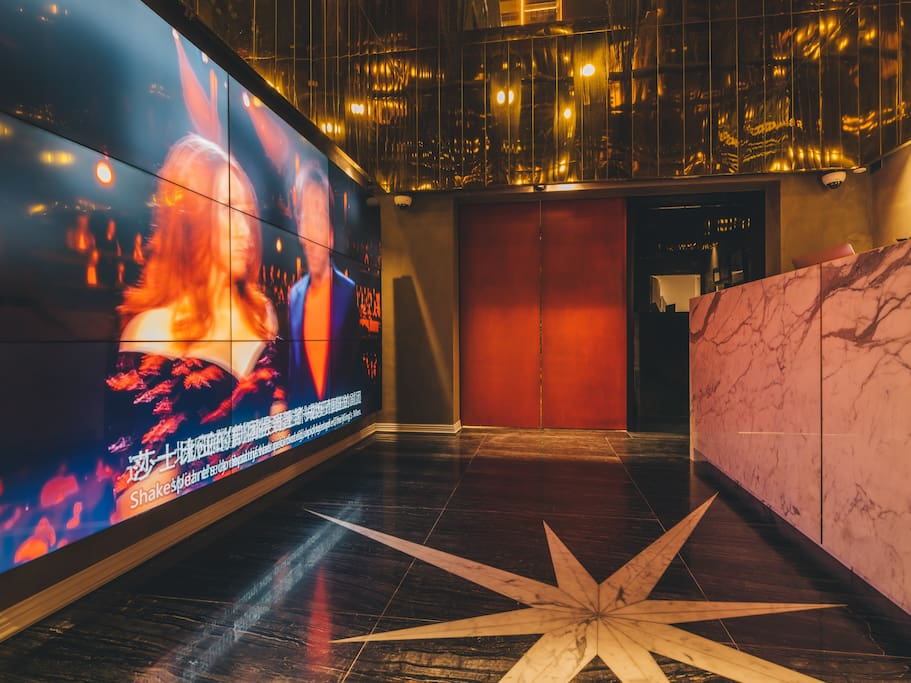 金色的金属吊顶, 视觉张力的大理石地板, 充满艺术风格的装饰画, 前台上的面具与鹅毛笔, 瞬间带入Sleep No More的梦幻与浮华。 巨幅银幕全天候轮播电影《麦克白》及经典戏剧。