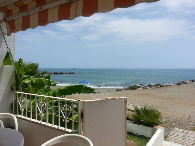 Direct access from the terrace to the beach.