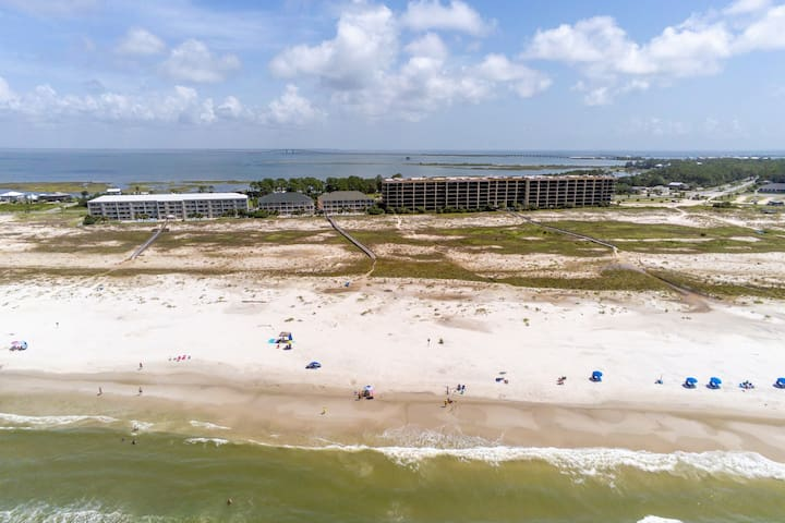 Comfortable condo w/ two shared pools & direct beach access!
