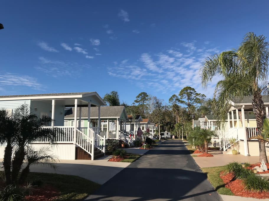 Cozy blue bungalow - Super close to everything Disney.  Private parking.  Large porch.