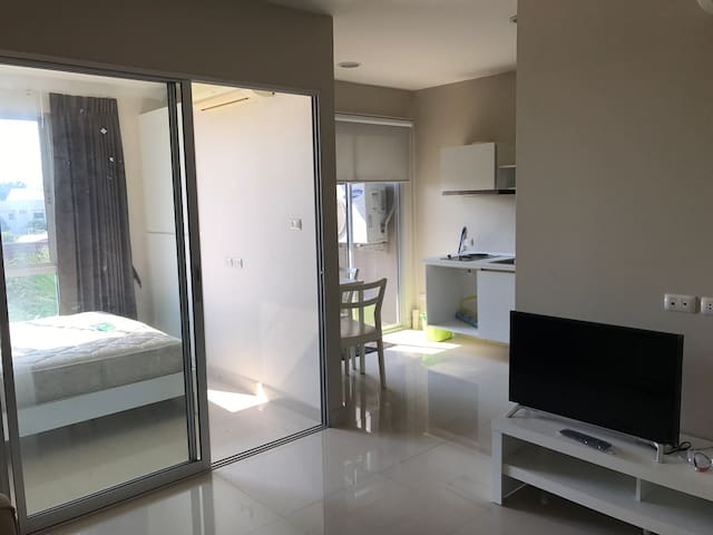 Fully equipped new 1 BR 150 m from sky train
